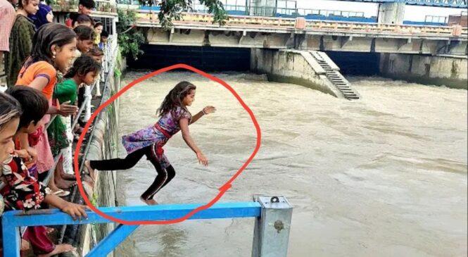 यी बालिका जम्मा २० रुपैयाँको लागि बाढी आएको नदीमा हाम, फालिन् (भिडियो सहित)